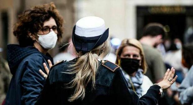Mascherine, la gaffe dei vigili: «Protezioni all'aperto, ma non sempre»