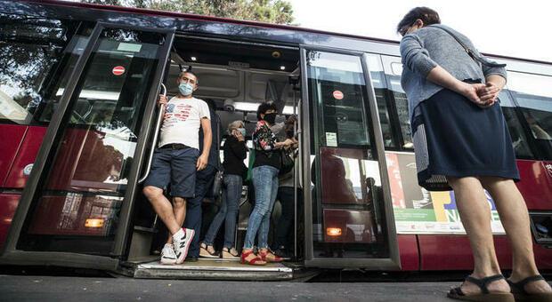 Bus e metro affollati, il governo: orari sfalsati per le scuole e gli uffici