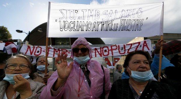 «Troppa puzza, troppi rifiuti»: in tremila sulla Salaria contro il Tmb, traffico in tilt