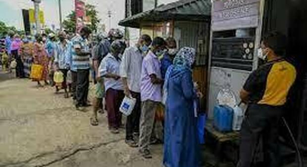 Code di persone in attesa di comprare generi alimentari nello Sry Lanka in una foto pubblicata da Yahoo News ripresa dai circuiti internazionali