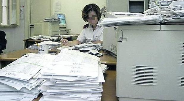 Roma, la beffa delle fotocopie: i comunali si rifiutano. Raggi chiama i privati