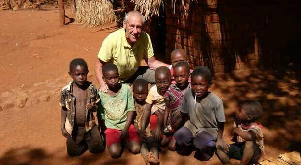 Aldo De Michele insieme ai bambini in Africa