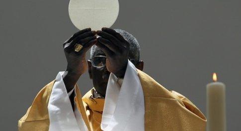 Papa Francesco rimette in riga il cardinale Sarah, capofila della fronda tradizionalista