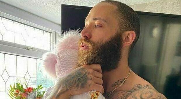 Ashley Cain, morta la figlia di 8 mesi: sui social il racconto di ogni giorno della leucemia