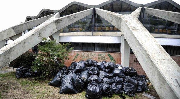Villaggio olimpico nel degrado cumuli di rifiuti e verde for Villaggio olimpico
