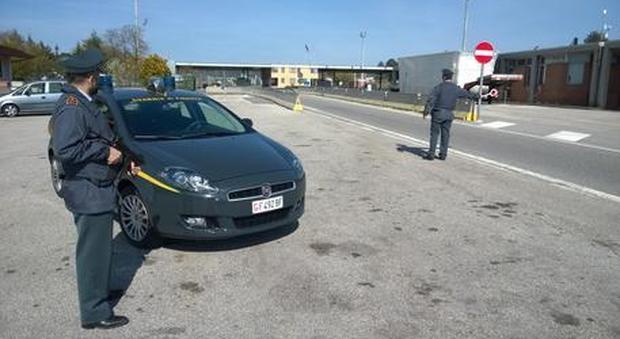 Trieste, tentano di passare il confine con la Slovenia con due evasi in auto