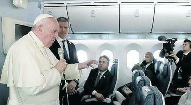 Papa Francesco fa la paternale ai giornalisti, «non fermatevi alla informazione di palazzo»