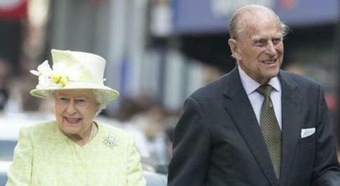 La regina Elisabetta prova «un vuoto enorme» dopo la morte del marito Filippo: il racconto dei figli