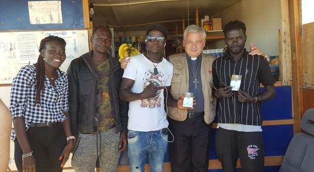 Blitz del cardinale Kraiewski nelle baraccopoli pugliesi per denunciare come vivono i braccianti