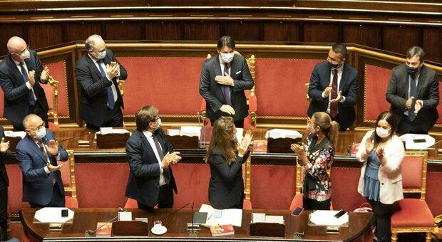 Conte al Senato, per il premier scatta la standing ovation dell'Aula