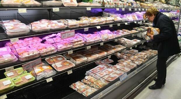 """Alimentazione, che differenza c'è tra """"consumare entro"""" e """"consumare preferibilmente""""? Come si scrivono le etichette sul cibo confezionato"""