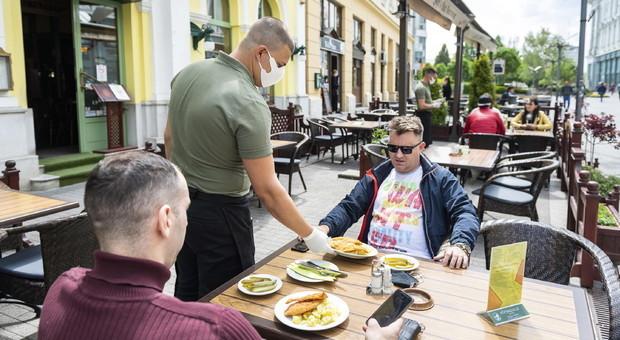 Via libera di Conte: dal 18 ok a bar, ristoranti e parrucchieri. Regioni autonome, ma governo potrà bloccarle