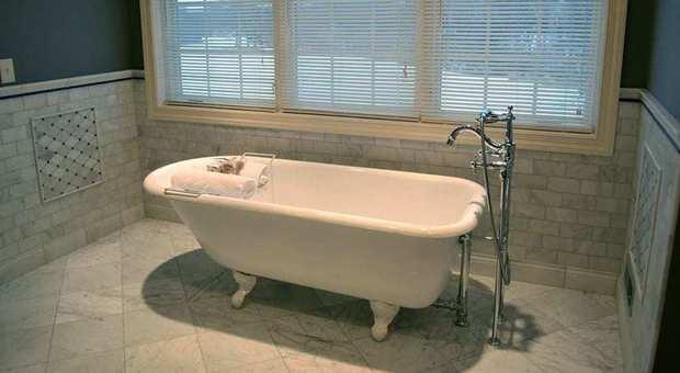 Vasca Da Bagno Gravidanza : Francia usa il cellulare in carica mentre fa il bagno: 21enne