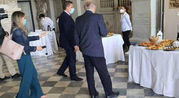 Genova, buffet vietati al ristorante: ma all'inaugurazione si banchetta con le mani. Il sindaco Bucci si scusa