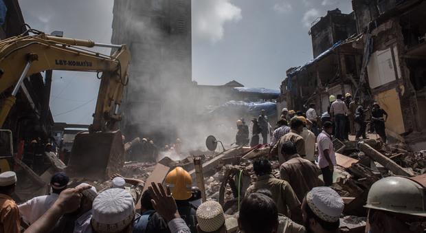 India, crolla palazzo a Mumbai: almeno sedici morti. In Asia 1.200 morti per l'alluvione