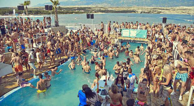 Coronavirus, boom di italiani positivi dopo la vacanza a Pag, in Croazia: altri 10 ragazzi lombardi contagiati