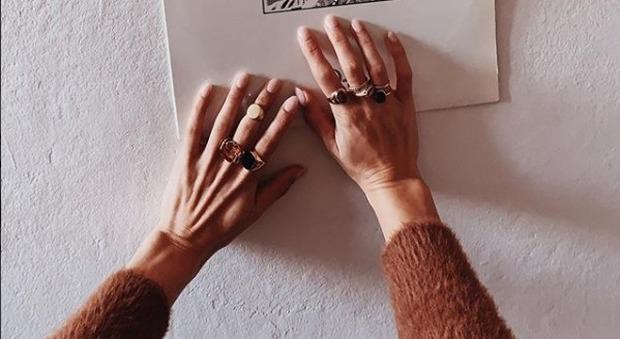 Un anello per ogni dito come Levante, il must have della primavera spopola su Instagram