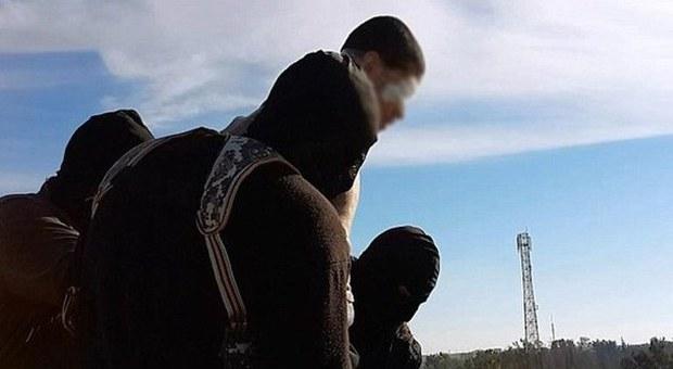 Isis, nuova esecuzione di un omosessuale: giù dal palazzo sotto gli occhi della folla entusiasta