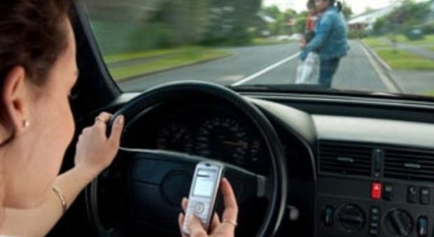 cellulare alla guida cambiano le sanzioni patente ritirata e meno 5 punti. Black Bedroom Furniture Sets. Home Design Ideas