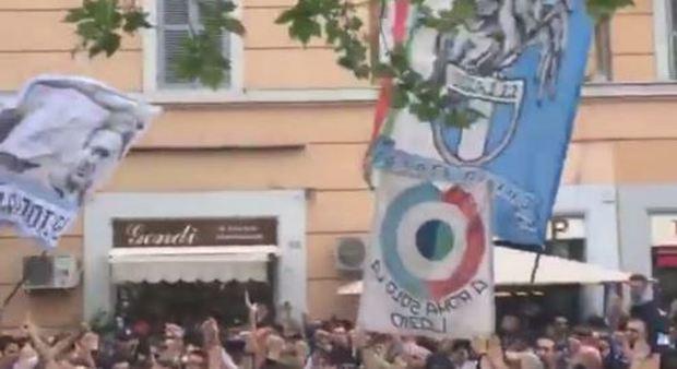 Lazio-Roma, a Ponte Milvio cori antisemiti contro Anna Frank e saluti romani
