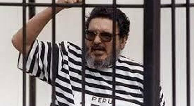 """Abimael Guzmàn, capo di """"Sendero Luminoso"""", durante un processo"""