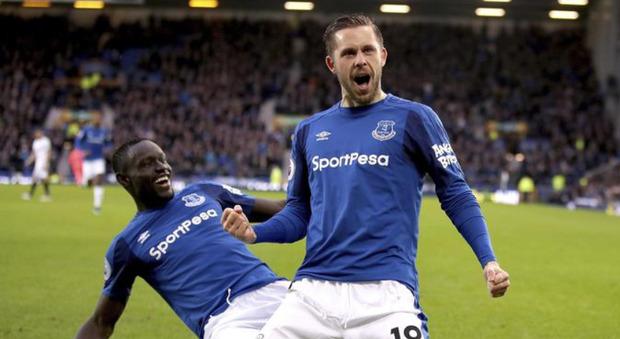 Pedofilia, calciatore dell'Everton arrestato: scandalo in Premier League