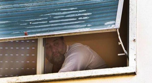 Fiorito affacciato alla finestra prima di essere arrestato