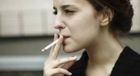 Aumentano le fumatrici: più 24%. La prima sigaretta a 12 anni