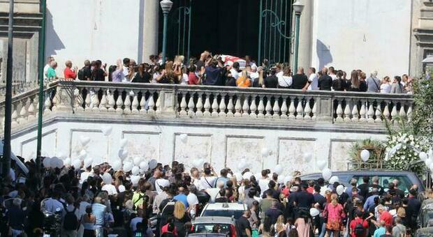 Samuele giù dal balcone a Napoli, oggi i funerali: palloncini bianchi all'esterno della chiesa