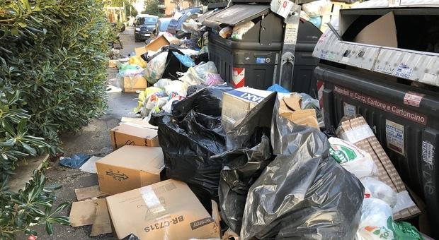 Roma, Talenti sommersa dai rifiuti, i residenti: «Siamo abbandonati, c'è un rischio per la salute»
