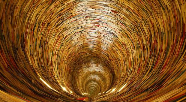 Quella torre di libri a Praga che sembra un sogno (infinito) di Borges