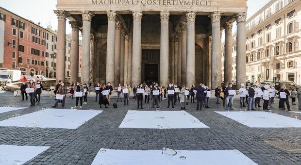 Dpcm, ristoratori di Roma in piazza: «Consegniamo le chiavi a Raggi, così la città muore»