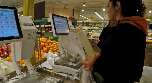 Sacchetti per frutta e verdura a pagamento, scatta la protesta sui social. Il governo: atto di civiltà