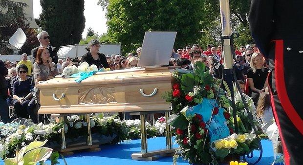 Ciclismo, addio a Michele Scarponi: i funerali del campione nello stadio di Filottrano