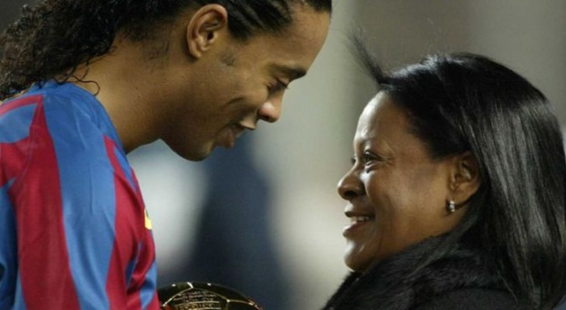 Ronaldinho, morta la madre Miguelina: per mesi aveva combattuto contro il Covid
