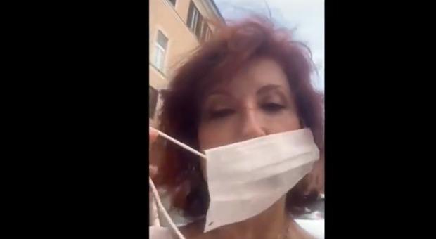 Alda D'Eusanio multata per la mascherina rotta, lo sfogo su Instagram: «Detenuta in piazza»