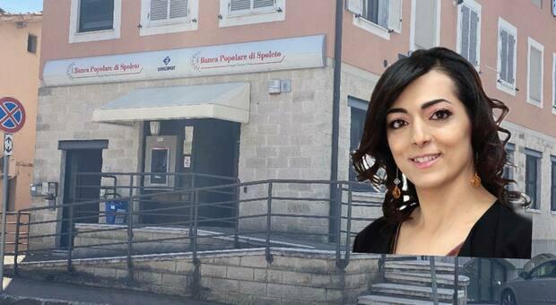 lo sportello bancario in chiusura e, nel riquadro, il sindaco Elisa Sabbatini