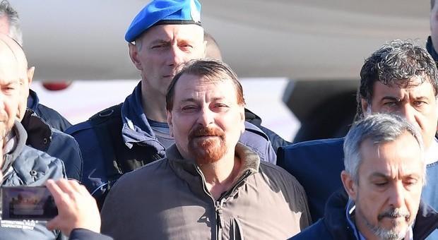 Caso Battisti, elenco 30 terroristi latitanti sul tavolo di Salvini: 14 sono in Francia