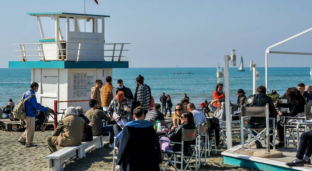 Lazio zona gialla: tutti al mare, assalto al litorale da Ostia e Fiumicino