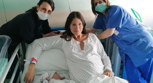 Il neonato Federico, con la mamma Sara e le ostetriche Antonella e Lara