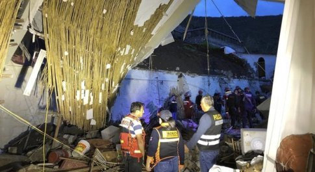 Crolla il tetto di un hotel, 15 morti: tragedia a un matrimonio. «C'è ancora qualcuno sotto le macerie»