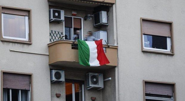 Coronavirus, i balconi di casa nuovi social dell'Italia in trincea