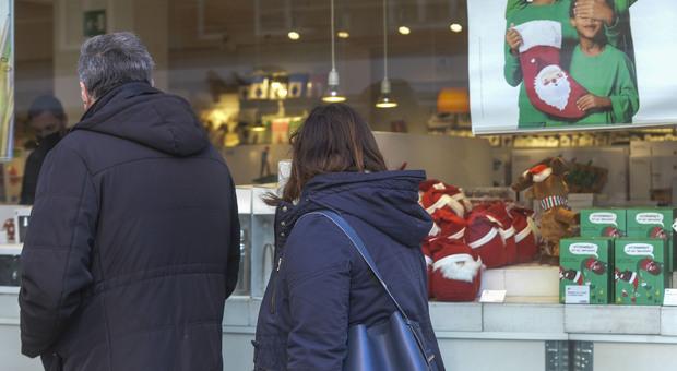 Covid, Cts: «Controlli e multe per lo shopping di Natale, rischio terza ondata»