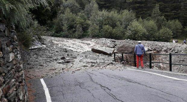 Frana in Valmalenco travolge un'auto, 3 morti: sono madre, padre e figlia di 11 anni. Grave bimbo