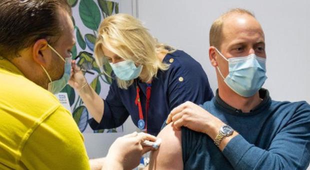 Il principe William si vaccina contro il Covid (e pubblica la foto): «Grazie per quello che fate»