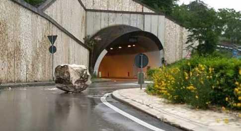 Grosso masso precipita sulla strada a Caramanico: chiusa la statale 487