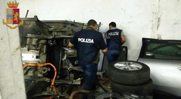Roma, a Borghesiana garage trasformato in un'officina dove smontare auto rubate
