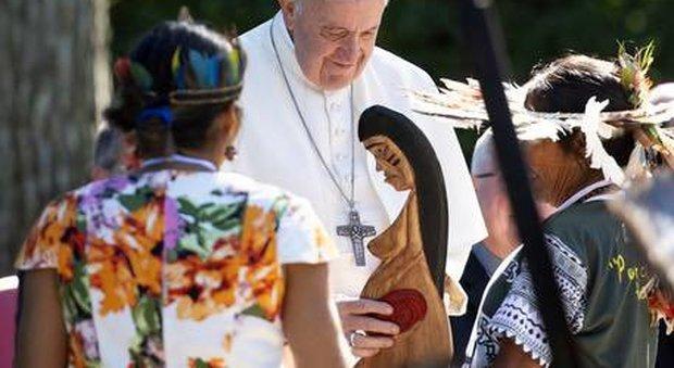 Il Papa con la statuetta della Madre Terra nei giardini vaticani assieme agli indios che partecipano al Sinodo