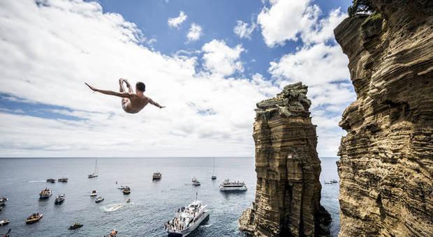 «Tuffi vietati, al mare solo per fare surf o pescare». Fa discutere l'ordinanza della Regione Marche