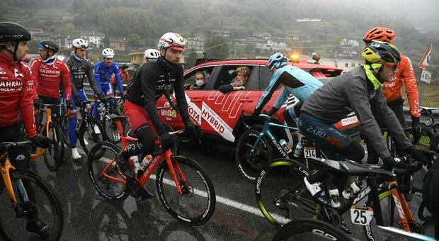 Giro d'Italia, protesta dei ciclisti: tappa accorciata. Vegni furioso: «Qualcuno pagherà»